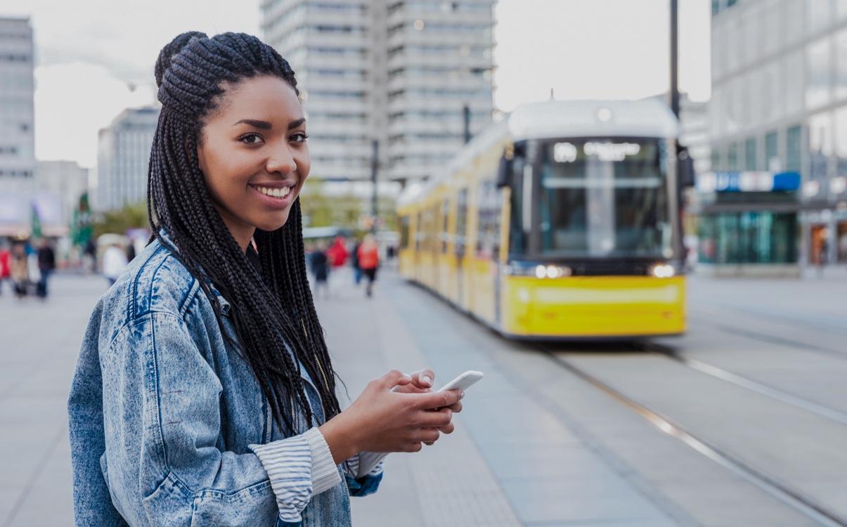 Photo d'une jeune fille et du tramway